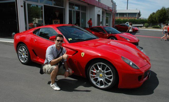 Posando en Maranello con un Ferrari