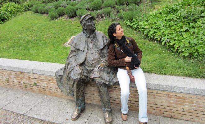 Jugando con una estatua