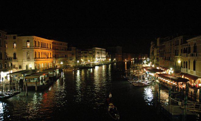 Gran Canal iluminado por la noche