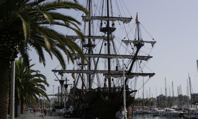 Barco en el puerto de Barcelona