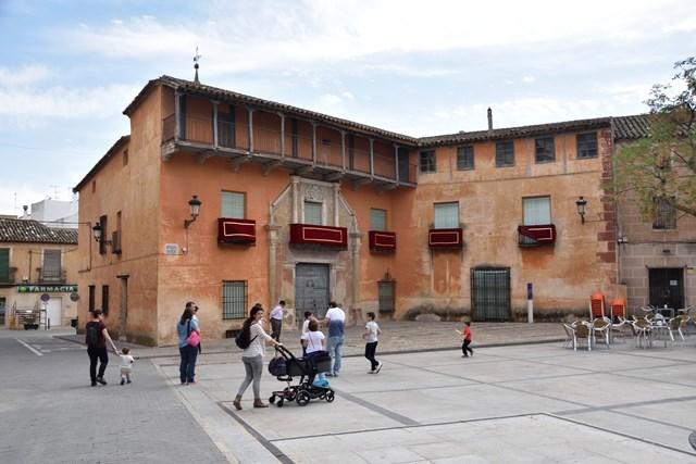 Edificio engalanado para la Semana Santa