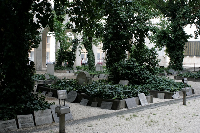 Lápidas agolpadas en el cementerio judío de Budapest