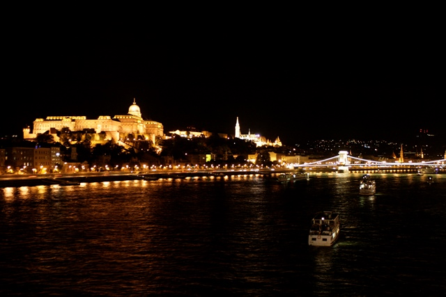 Budapest iluminada por la noche