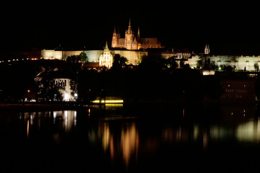 Castillo de Praga iluminado por la noche