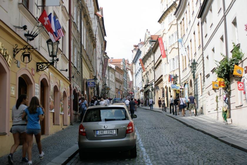 Calle que sube al Castillo de Praga