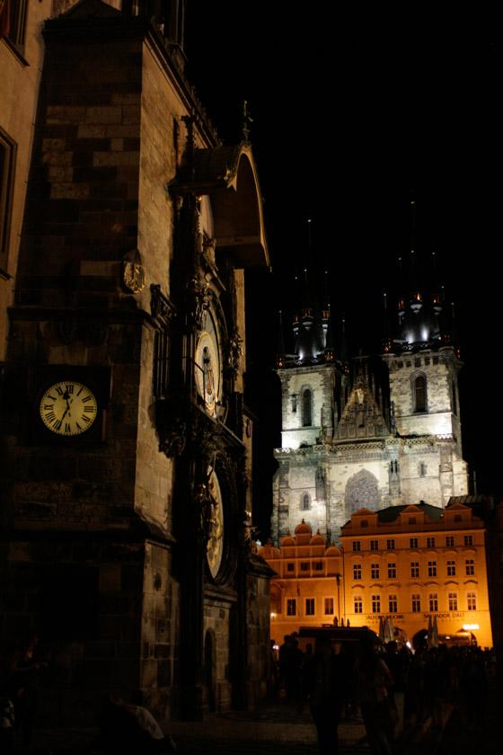 Vistas del reloj de Praga con la Iglesia de Tyn al fondo