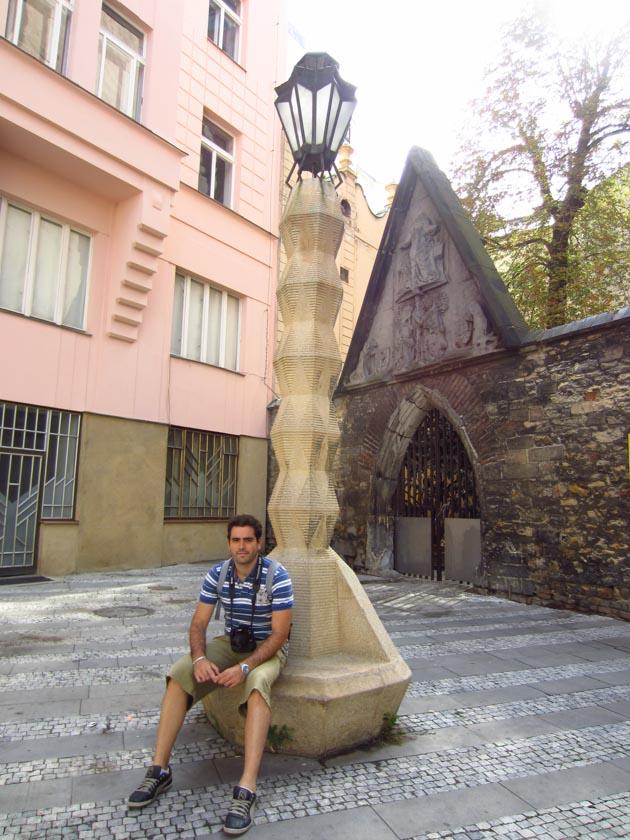 Descansando un poco en la farola cubista de Praga