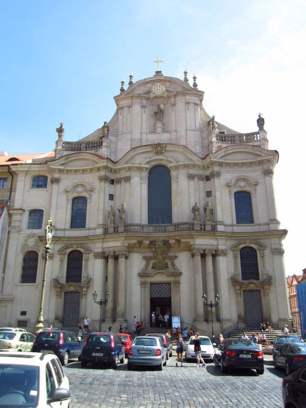 Austera fachada de la Iglesia