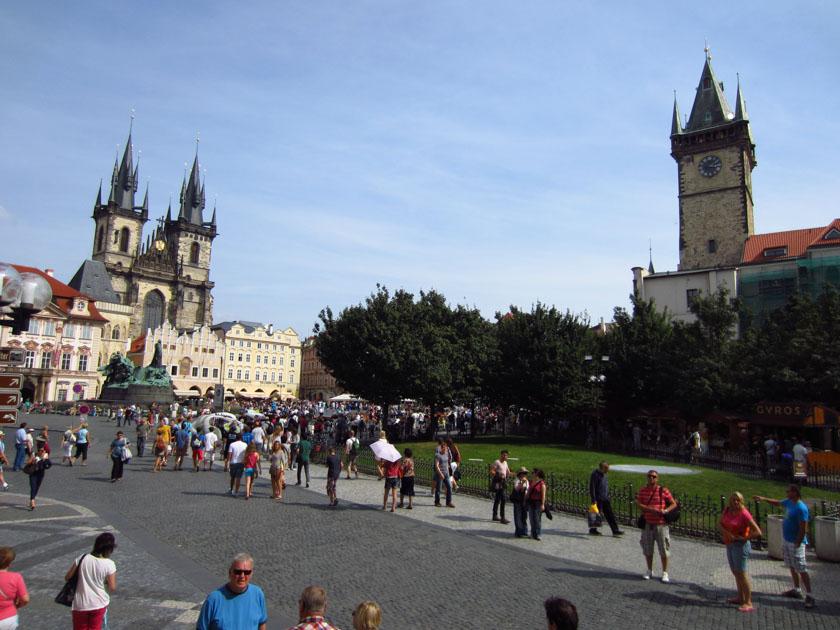 Preciosa foto donde se ven la Iglesia de Tyn y la torre del Ayuntamiento