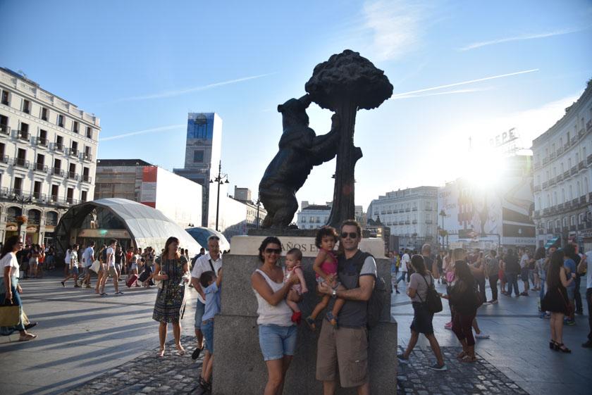 Posando en la estatua, símbolo de Madrid