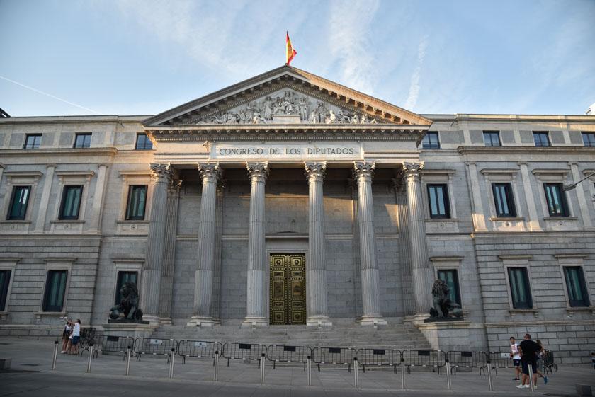 Los leones guardan la entrada al Congreso de los Diputados de madrid