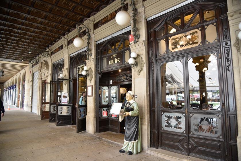 Fachada del histórico Café Iruña en Pamplona