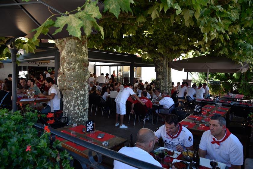 Gente disfrutando de las fiestas de Saint-Jean-Pied-de-Port