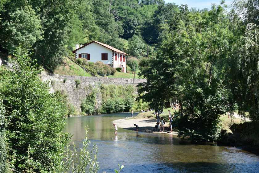 Paseando junto al río
