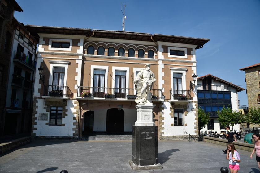 Uno de los monumentos a Elcano en Getaria