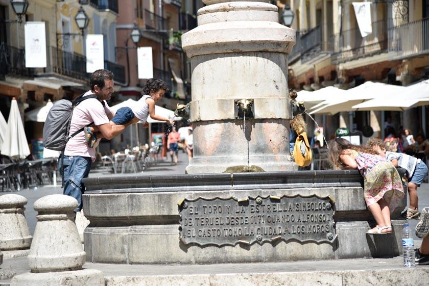 Daniel jugando con el agua