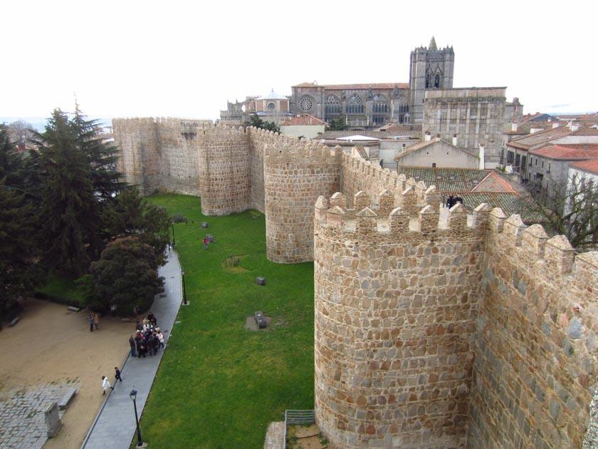 Muralla de Ávila con la catedral de fondo