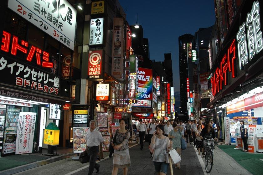 Una calle cualquier en el barrio de Shinjuku en Japón