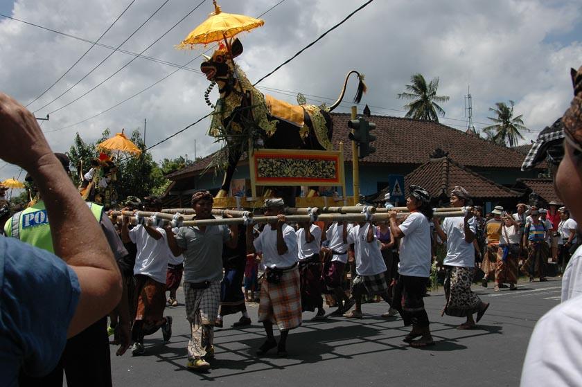 Festejos durante un funeral en Bali