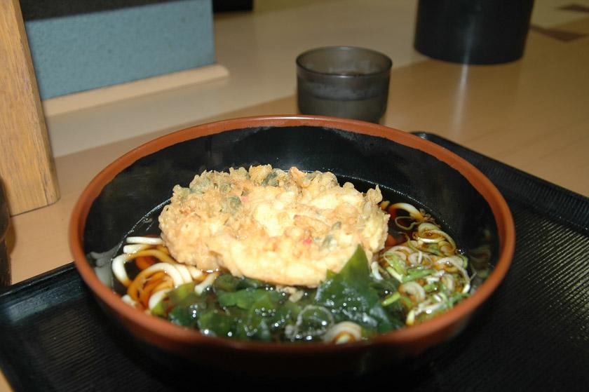 Degustando una exquisita sopa de ramen en nuestro primer día en Tokio