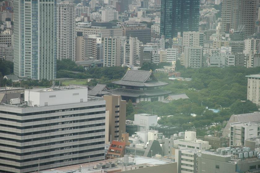 Templo escondido entre los rascacielos de Tokio