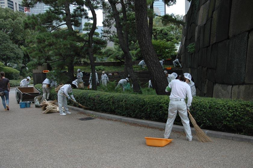 Un ejército de jardineros limpiando los jardines del Palacio Imperial