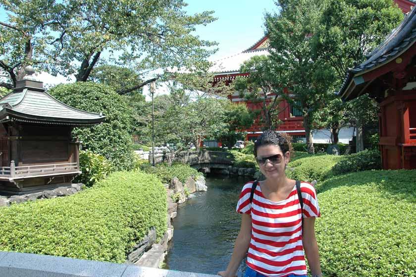 Laura en los jardines del templo Sensoji