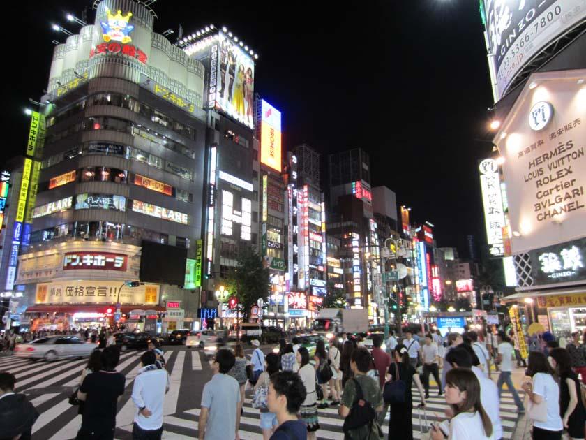 Admirando la publicidad en Shinjuku