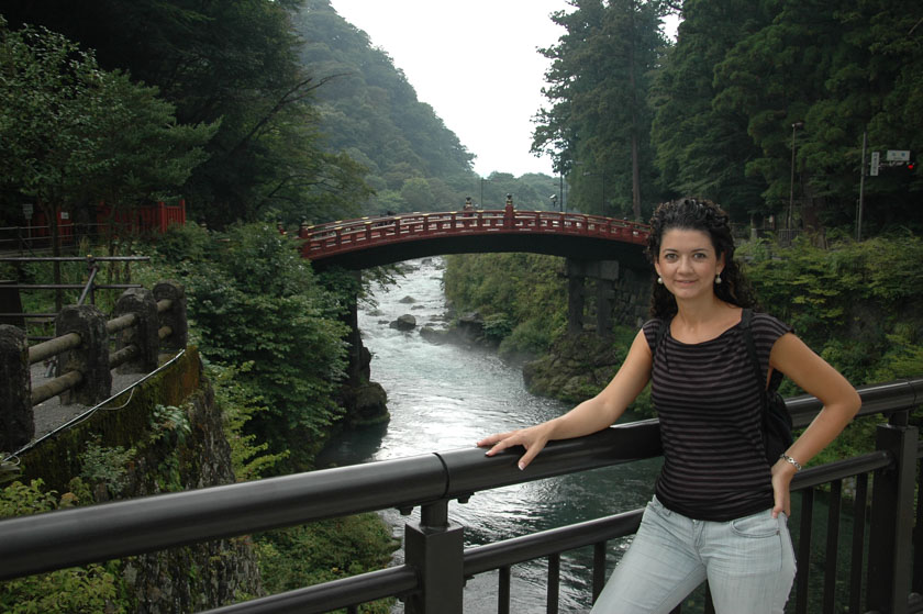 Laura posando en el puente de Shinkyo