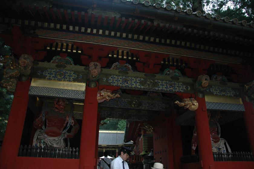 Puerta de entrada custodiada por los dioses Nio