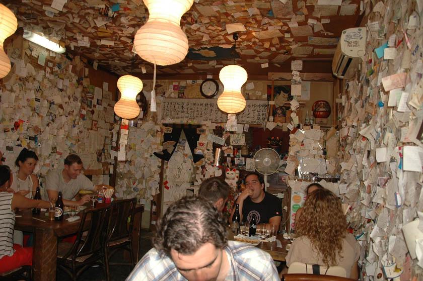 Curioso restaurante lleno de papeles en Nikko
