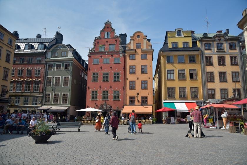 La colorida plaza de Stortorget en Estocolmo