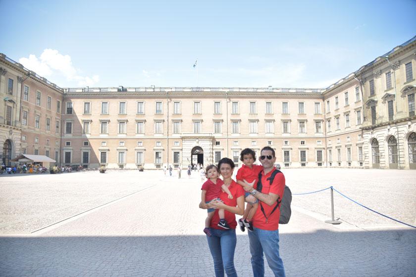 Posando en familia en el Palacio Real de Estocolmo