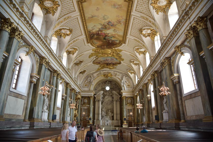 Visitando la capilla del Palacio Real