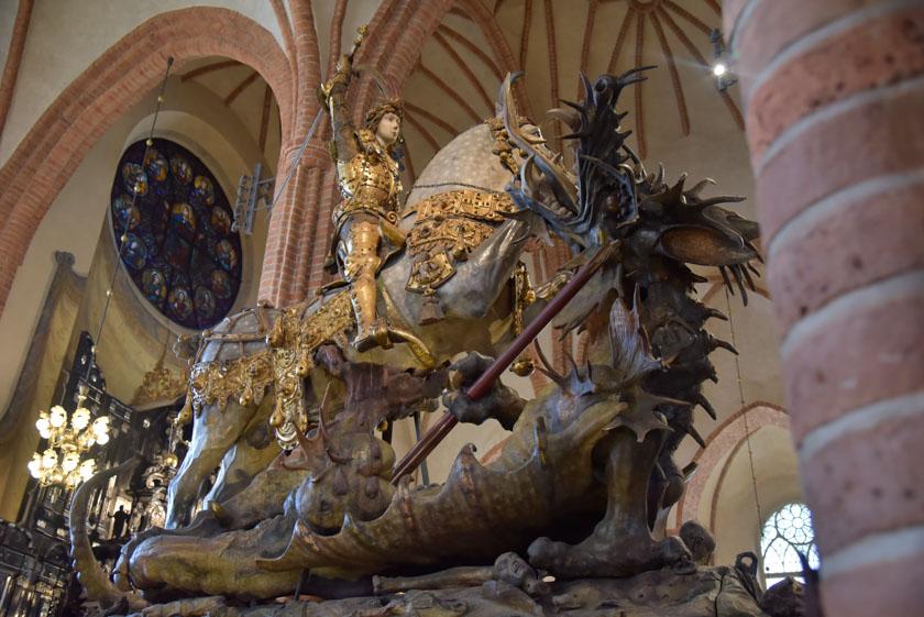 Estatua de San Jorge y el dragón en la Catedral de Estocolmo