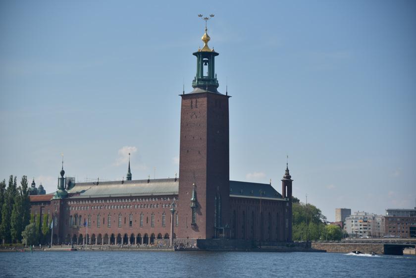 Vistas del Ayuntamiento de Estocolmo desde la isla de Riddarholmen