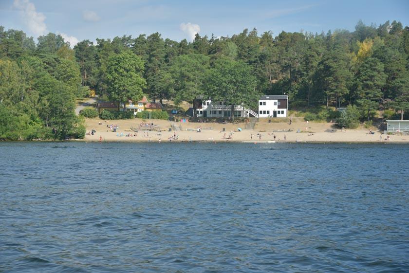 Bonita playa en el lago Malaren