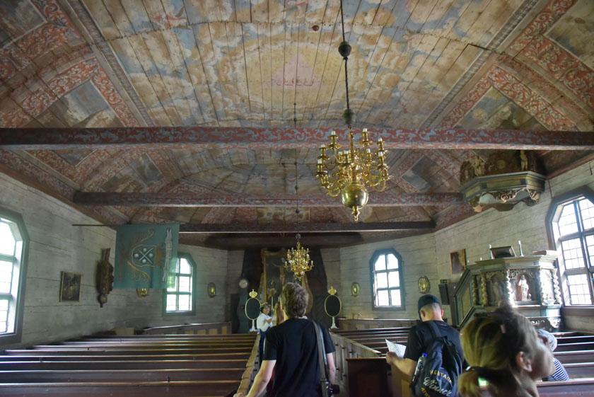 Interior realizado en madera de la iglesia de Skansen
