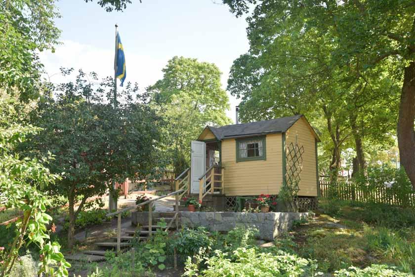 Preciosa casita rodeada de su jardín en Skansen