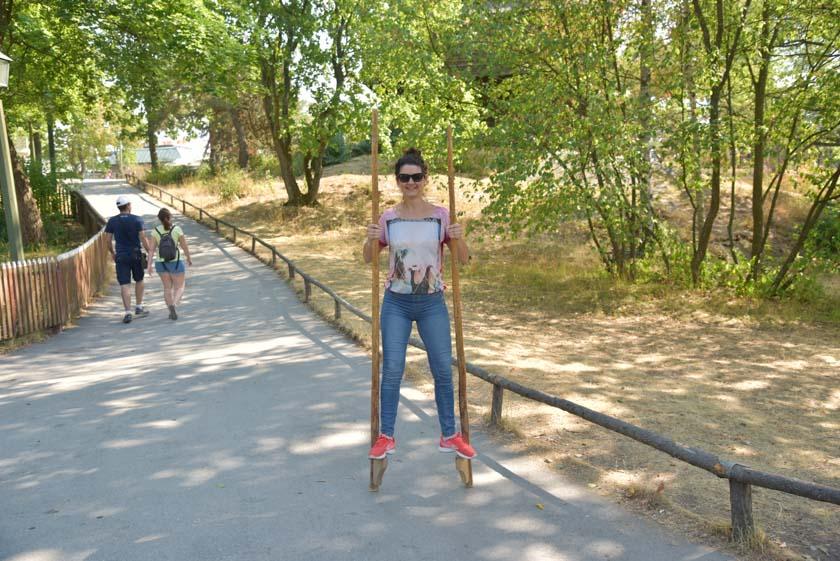 Laura disfrutando de un paseo en zancos