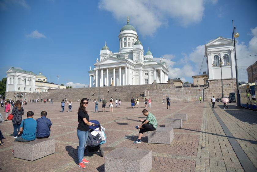 Laura posando en la Plaza del Senado de Helsinki