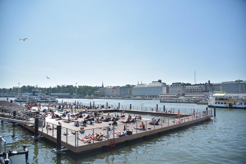 Gente tomando el sol en Helsinki