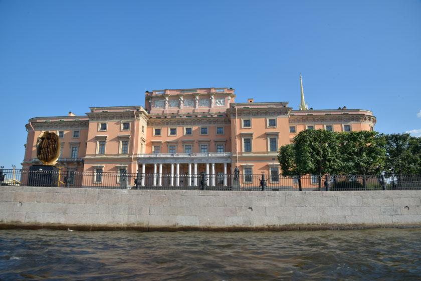 Espectacular arquitectura se puede ver desde el Río Neva