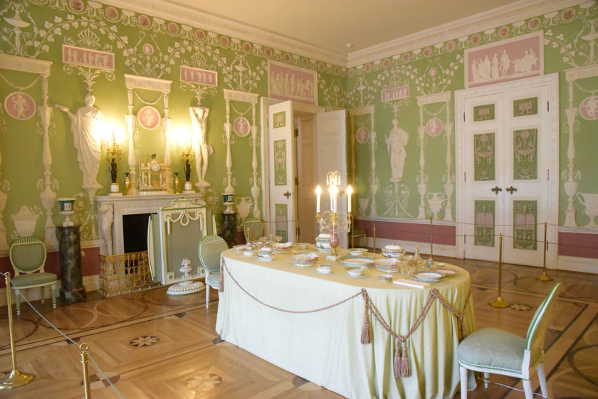 Curiosa sala decorada en tonos verdes