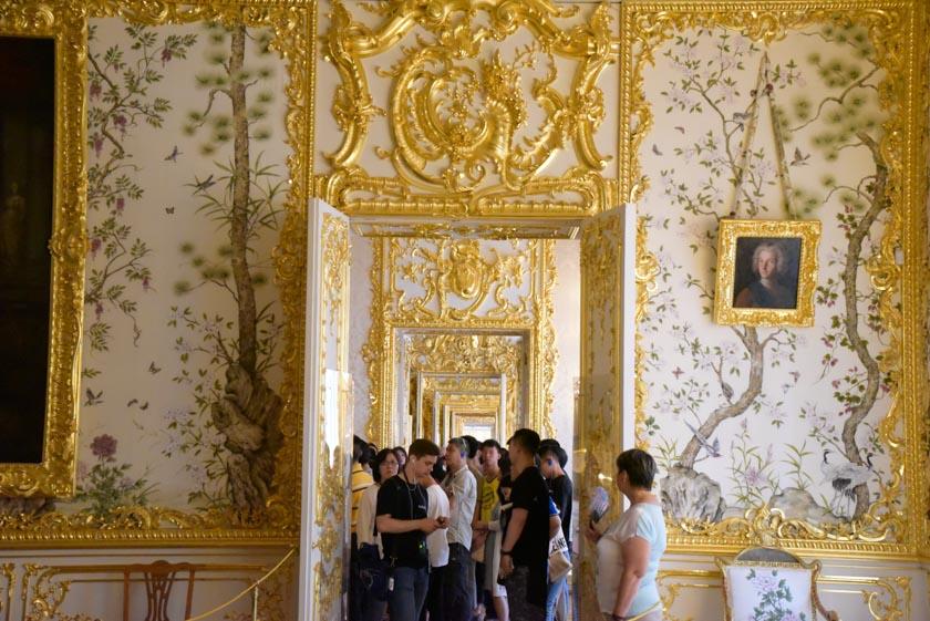 Una bonita vista de las salas del palacio