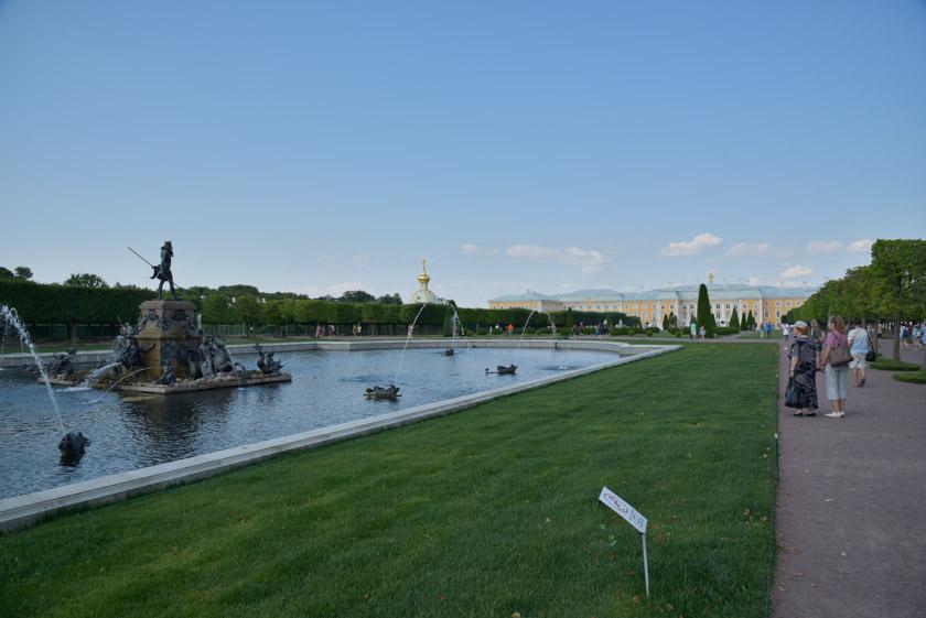 La bienvenida a Peterhof nos la dio la Fuente de Neptuno