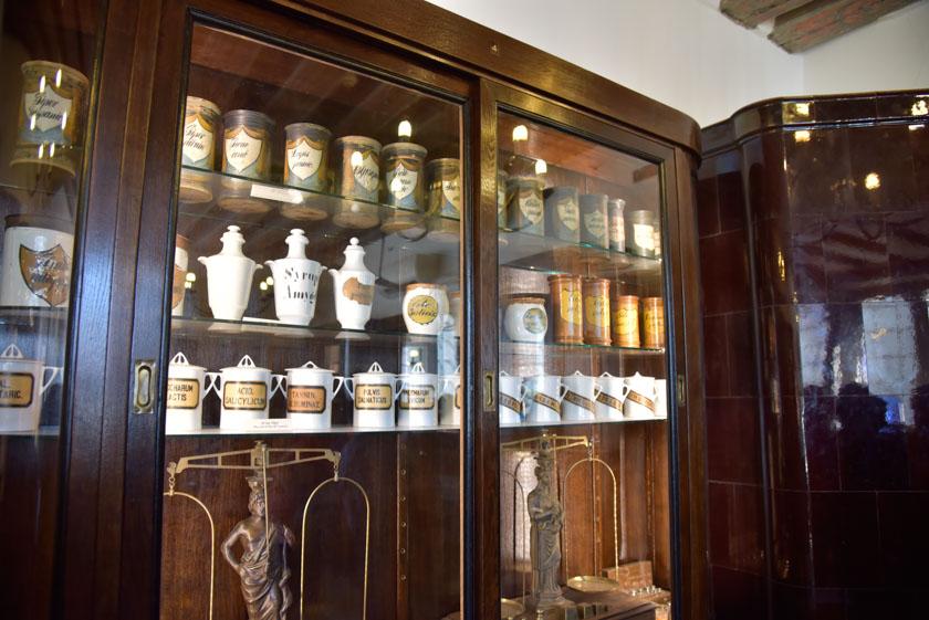 Estanteria con frascos antiquísimos llenos de medicinas