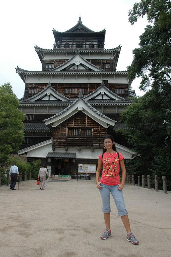 Laura posando en el castillo de Hiroshima