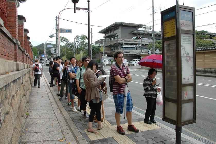Esperando el autobús en Kioto