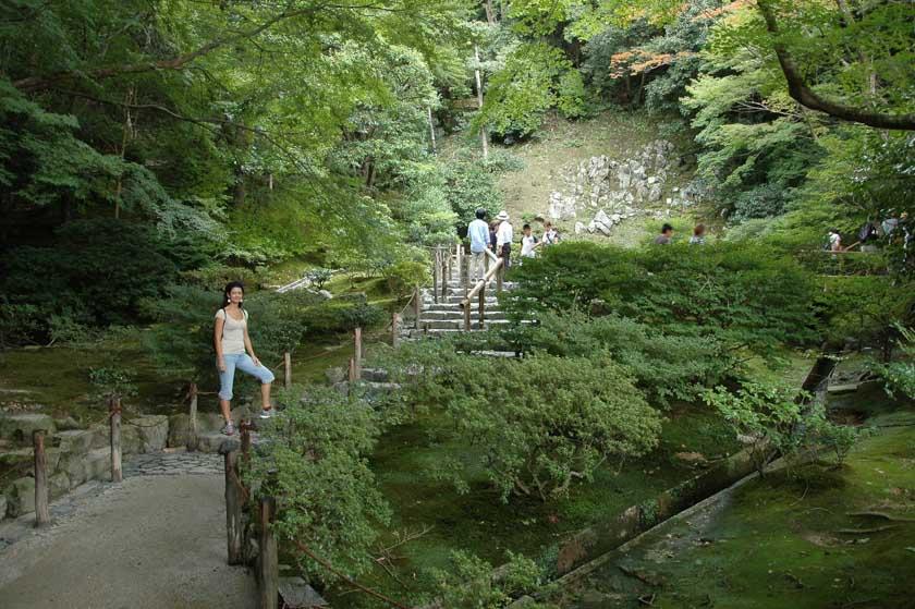 Escaleras de acceso a un precioso recorrido por Ginkakuji